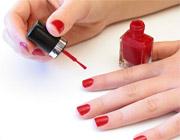 Красим ногти красным лаком