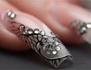 Нарощенные ногти со стразами