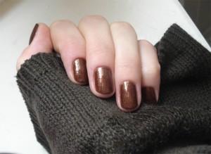 коричневые тона на коротких ногтях