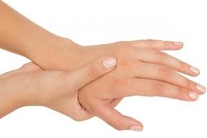 Чешется между пальцами рук